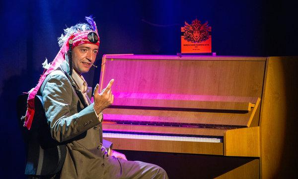 Liedermacher Rainald Grebe sitzt am 02.06.2014 in Berlin am Klavier. Er erhielt den Ehrenpreis des Berliner Theaterviertels East End. Der Preis geht jedes Jahr an eine Persönlichkeit, die sich durch jahrelange Arbeit im Berliner Theaterbezirk verdient gemacht hat. Er ist Theaterleuten gewidmet, die den Bezirk rund um die Friedrichstraße und die Hackeschen Höfe beleben. Foto: Hannibal/dpa +++(c) dpa - Bildfunk+++