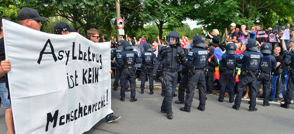NPD-Anhänger (l) demonstriert am 29.08.2015 in Eisenach  Foto:  dpa / picture-alliance