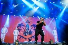 """Der Rapper der Berliner Hip-Hop-Formation """"K.I.Z."""", Tarek Ebéné, steht am 07.06.2015 in Nürnberg (Bayern) beim Musikfestival """"Rock im Park"""" auf der Bühne. Das Festival dauert bis zum 7. Juni. Foto: Matthias Merz/dpa +++(c) dpa - Bildfunk+++"""